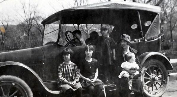 1926, Auto de François de Kinder - Henriette, Jeanne, Gaby, Germaine avec Robert et Louis au volant