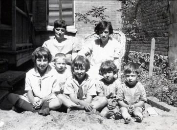 1927, Miss Alida Daubt et Germaine de Kinder. 1er: Jeanne, Robert, Henriette, Gaby et Louis de Kinder