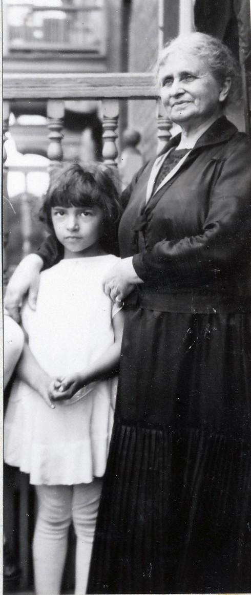1928, Gaby De Kinder avec sa grand-mère Moe sur son perron