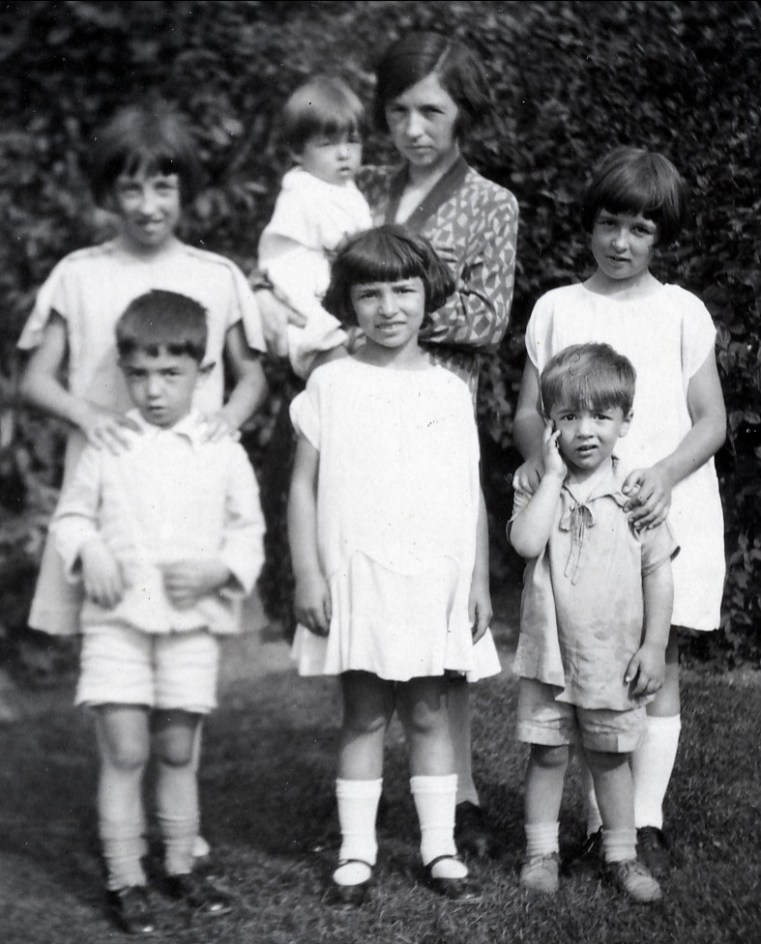 1928, Jeanne avec Louis, Germaine avec Maurice, Gaby au milieu, Henriette et Robert à droite