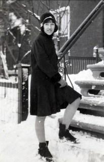 1930, Jeanne de Kinder avec son nouveau manteau d_hiver