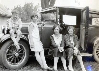 1930, Robert, Henriette et Germaine de Kinder avec miss Alida Daubt