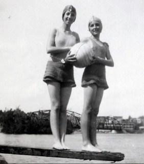 1931, Jeanne et Henriette se baignent rivière St-Maurice