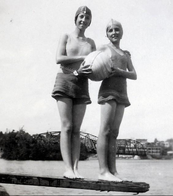 1931, Jeanne et Henriette de Kinder se baignent dans la rivière St-Maurice
