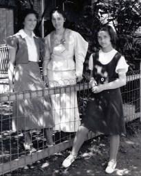 1934, Henriette (15), Jeanne (17) et Gaby (13) de Kinder
