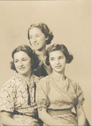 1936, les trois soeurs Henriette, Jeanne et Gabrielle de Kinder
