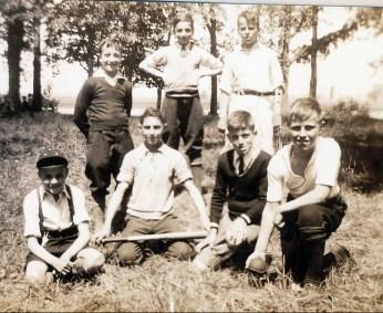 1937, pique-nique au bout de l'île - Robert de Kinder à gauche à l'arrière