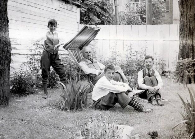 1938, Maurice, François, Robert et Louis de Kinder - cour rue Clark