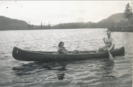 1940, Henriette en canot à St-Jovite avec Albert