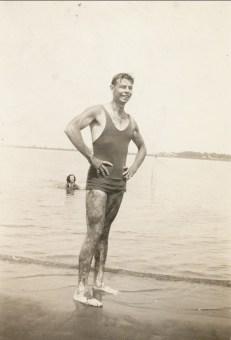 1940, approx Albert en baignade
