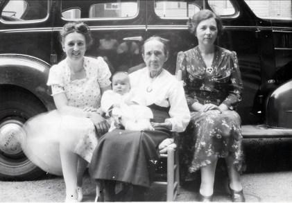 1941, Henriette, Mémère Fournier avec Paulette, Germaine (4 générations)
