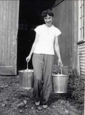 1942, Jeanne Naubert à la ferme à St-André
