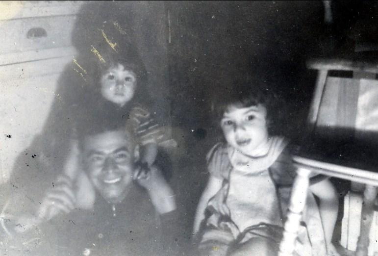 1943, Albert avec Marc et Paulette sortant de la cave rue des Érables