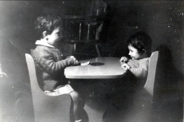 1943, Paulette et Marc jouent aux cartes