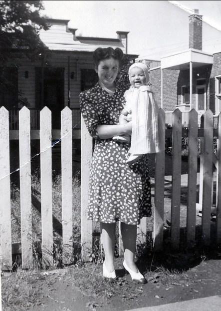 1944, Henriette avec Irène 6386 rue des Érables