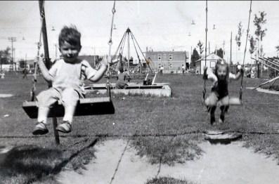1944, Marc et Paulette - terrain de jeux rue Papineau