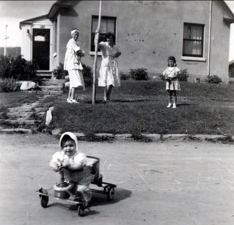1946, Bobby avec Laurette, Henriette et Irène