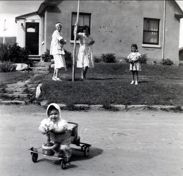 1946, Laurette Sofio, Henriette et Irène Thivierge, Bobby à l'avant