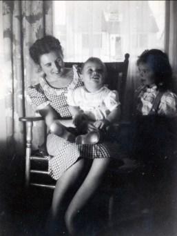 1946, Henriette avec Robert (Bobby) et Irène Thivierge