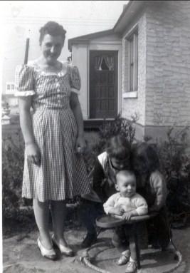 1946, sept Henriette, Paulette et Irène avec Bobby