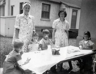 1947, Bobby, Jimmy, Marc et Irène à table avec Laurette Sofio et Henriette Thivierge