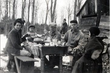 1947, St-Canut - Simone et Albert Bertrand, Gilles Bertrand, Elzéar Fournier, Albert Thivierge, Bobby à l_avant