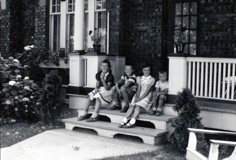 1948, Paulette, Marc, Irène et Bobby, rue Émile