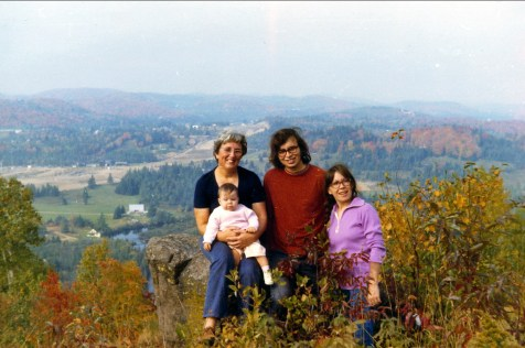 1971, Henriette avec Marie-Jo, Bobby et Pauline