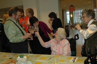 2011-04-23 Henriette porte un toast
