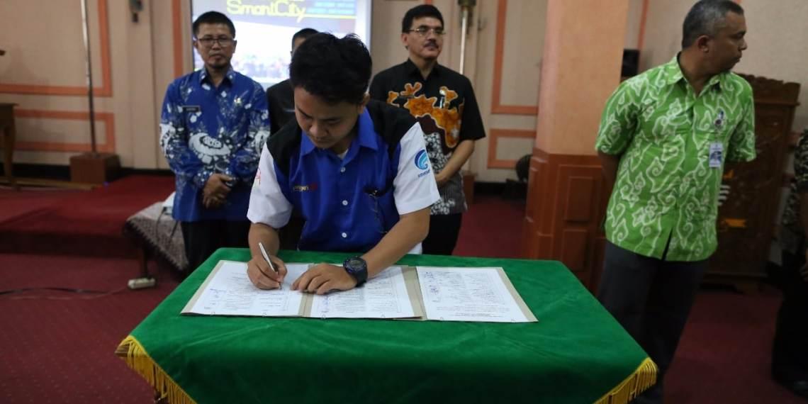 Ketua Relawan TIK Kota Cirebon menandatangani komitmen bersama terkait Smart City