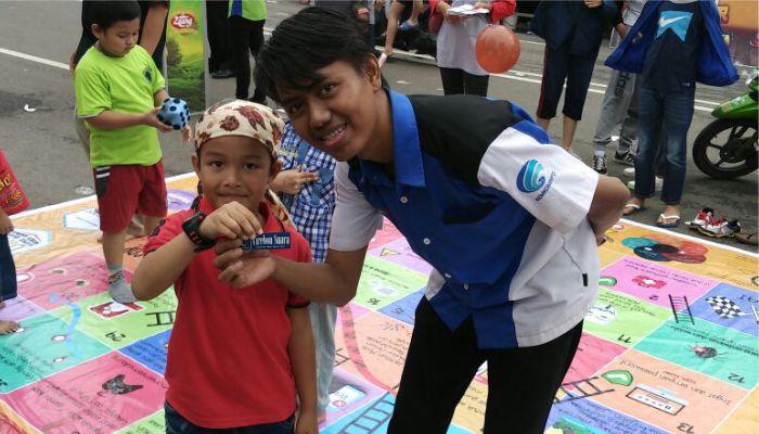 Anggota RTIK Kota Cirebon (Aries S) memberikan souvenir kepada salah satu pemenang game