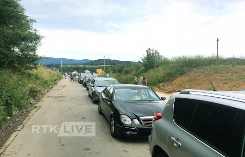Kolona deri në 200 metra në dalje të kufirit në Merdare