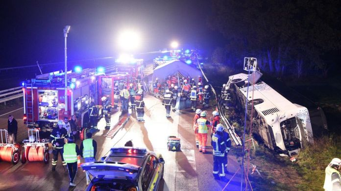 09.11.2019, Schleswig-Holstein, Barsbuttel: A bus is located next to the A1 motorway between Stapelfeld and Barsbuttel in the ditch. The bus had strayed from the street, many inmates were injured. Photo: Daniel Bockwoldt / dpa - Attention: car license