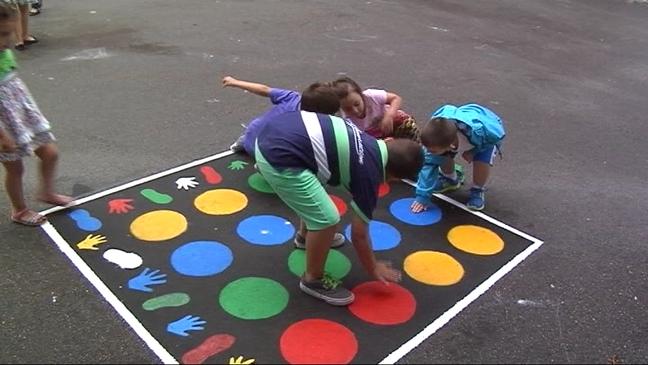 un patio lleno de color y juegos