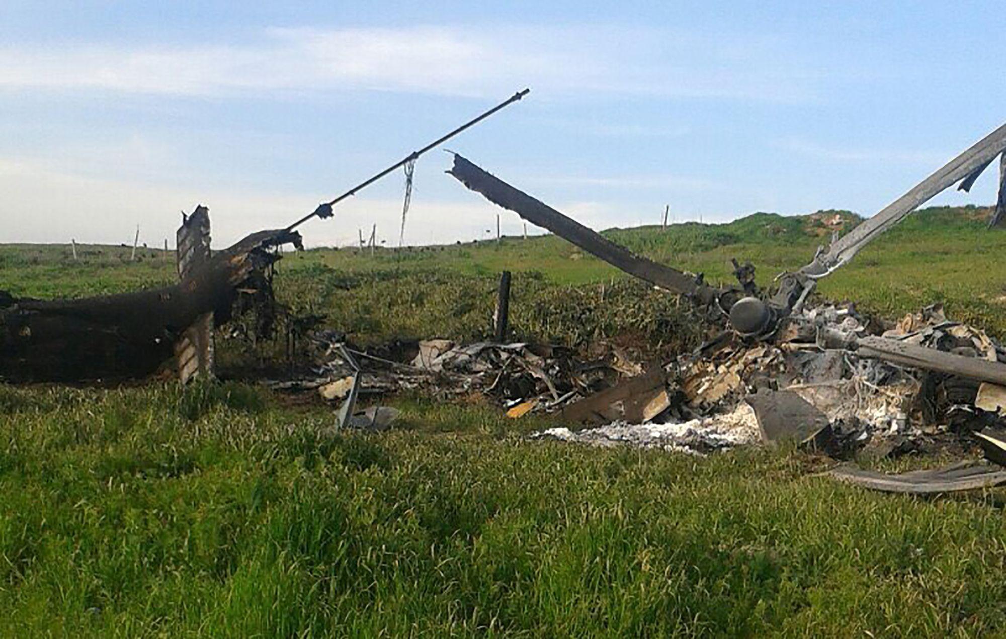 Un hélicoptère des forces séparatistes du Nagorny Karabakh, soutenues par l'Arménie, détruit lors des combats, le 2 avril 2016.