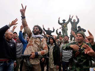 Ver vídeo 'Gadafi para el avance sobre Sirte de los rebeldes, que se repliegan a Ras Lanuf'