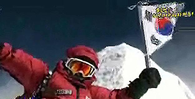 Imágenes de la televisión coreana KBS en las que se ve a Miss Oh en la cima del Annapurna.