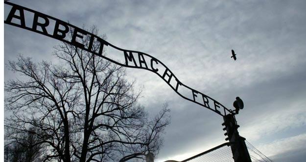 Roban la placa que preside la entrada del campo de concentración de Auschwitz
