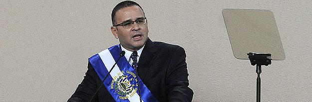 El izquierdista Mauricio Funes, del Frente Farabundo Martí para la Liberación Nacional (FMLN), pronuncia un discurso tras recibir la banda presidencial.