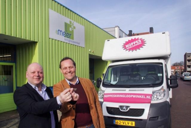 Algemeen directeur van IJmond Werkt! Mark Bouma (l) overhandigt symbolisch de sleutel van het pand aan de Narcissenstraat aan algemeen directeur van Noppes kringloopwinkels Willem Staphorsius (r). Foto: RTV Seaport/Ron Pichel.