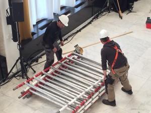 Medewerkers van de gemeente moesten uit voorzorg met helmen op werken. Foto: RTV Seaport/Jelle Dijkstra