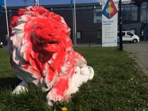 Een van de witte leeuwen is nu rood. Foto: RTV Seaport/Sjoerd Dekker