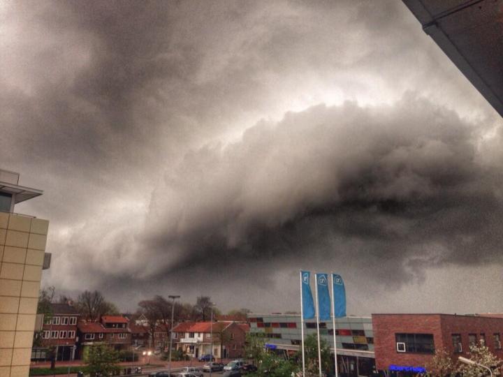LIVE: Storm barst los boven Velsen