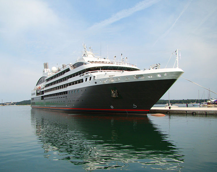 Cruiseschip vaart tegen deur Middensluis IJmuiden