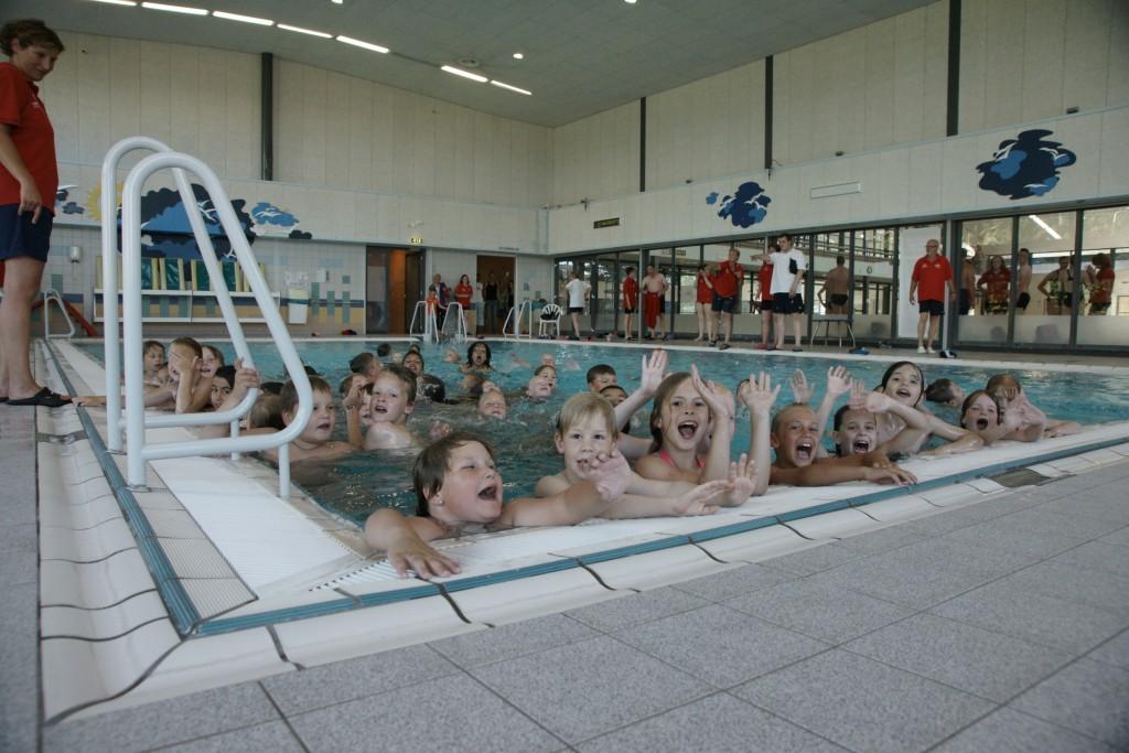 Watervrienden IJmuiden reikt 53 zwemdiploma's uit