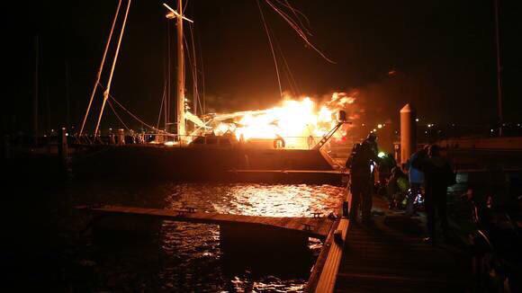Brand in jachthaven IJmuiden