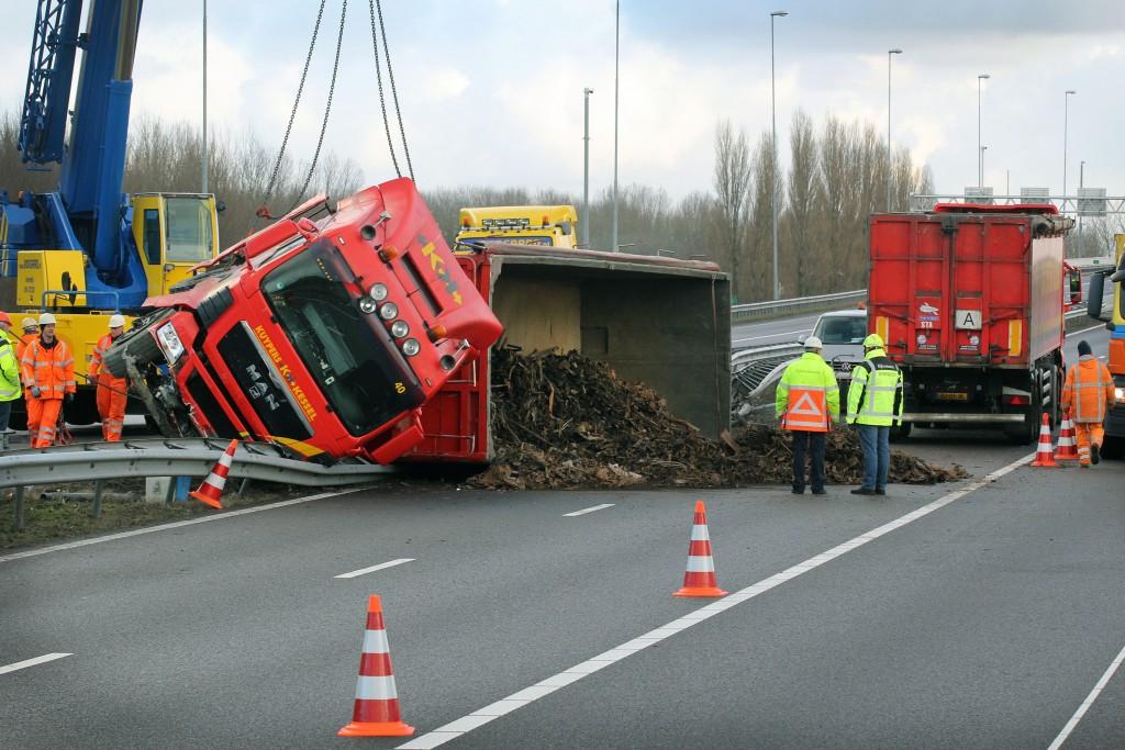 Vrachtwagen gekanteld op de A9rt
