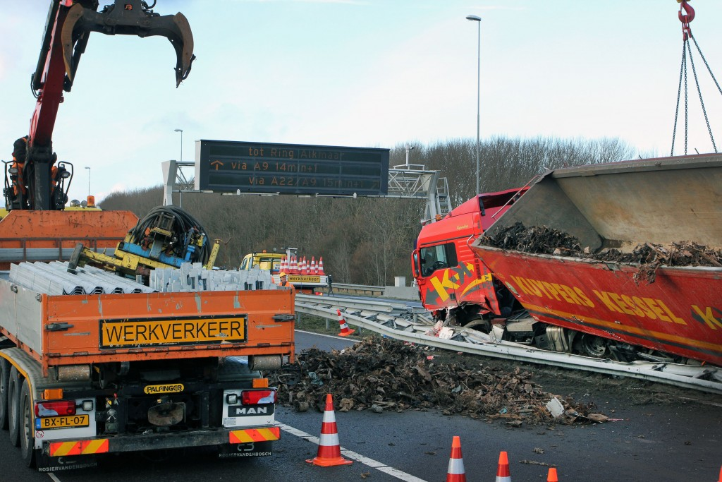 Vrachtwagen gekanteld op de A9
