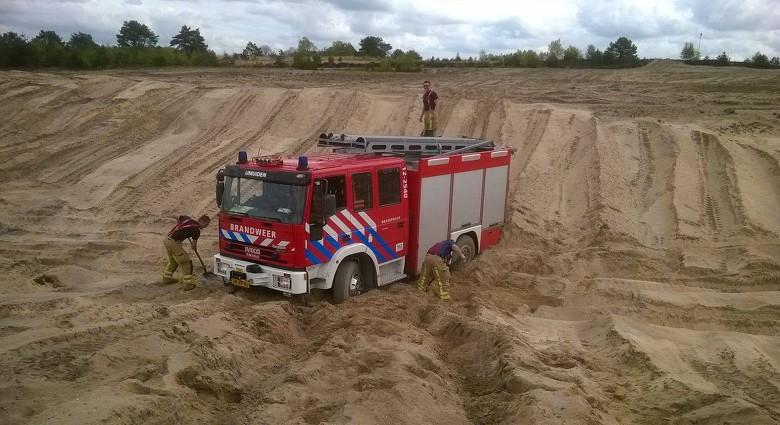 IJmuidense brandweerauto vast in zand