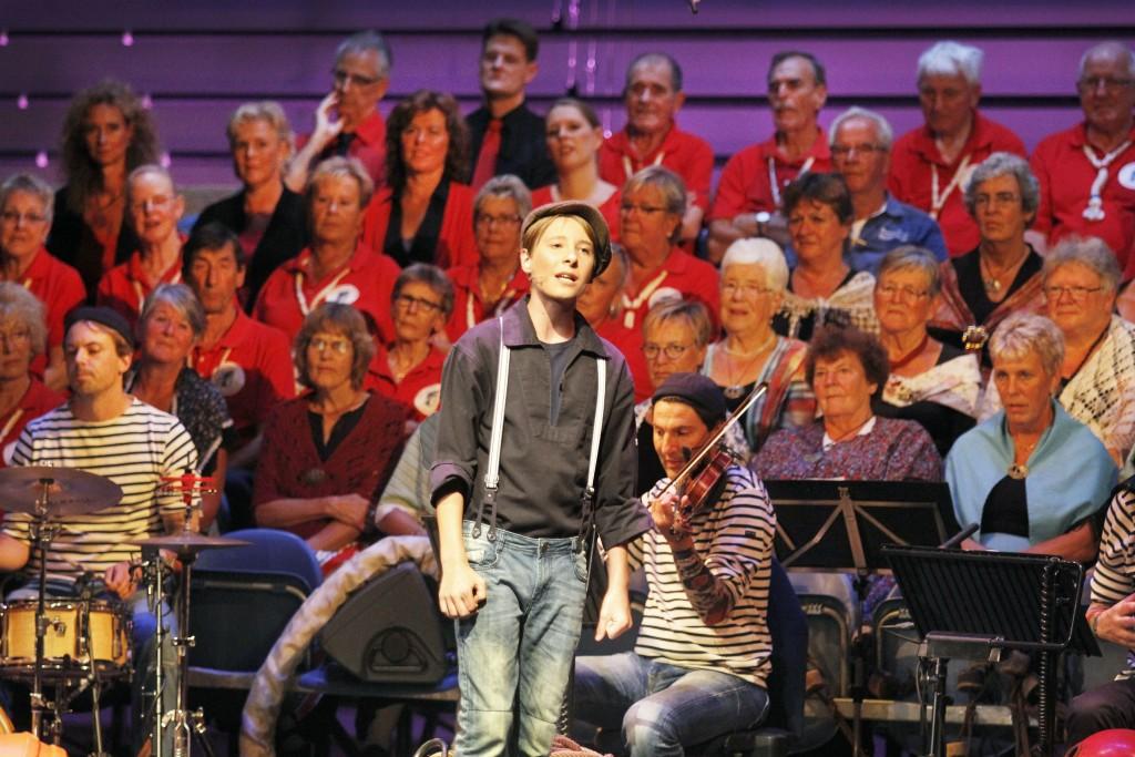 Brigitte Kaandorp en koren Stadsschouwburg Velsen
